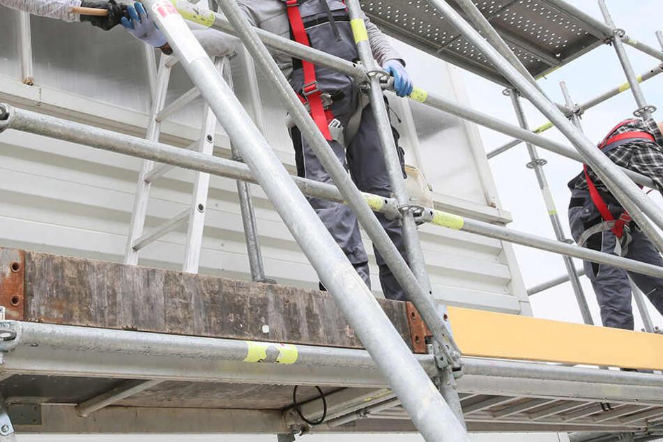 Schwerer Arbeitsunfall in Chemnitz: Gerüst stürzt auf Arbeiter