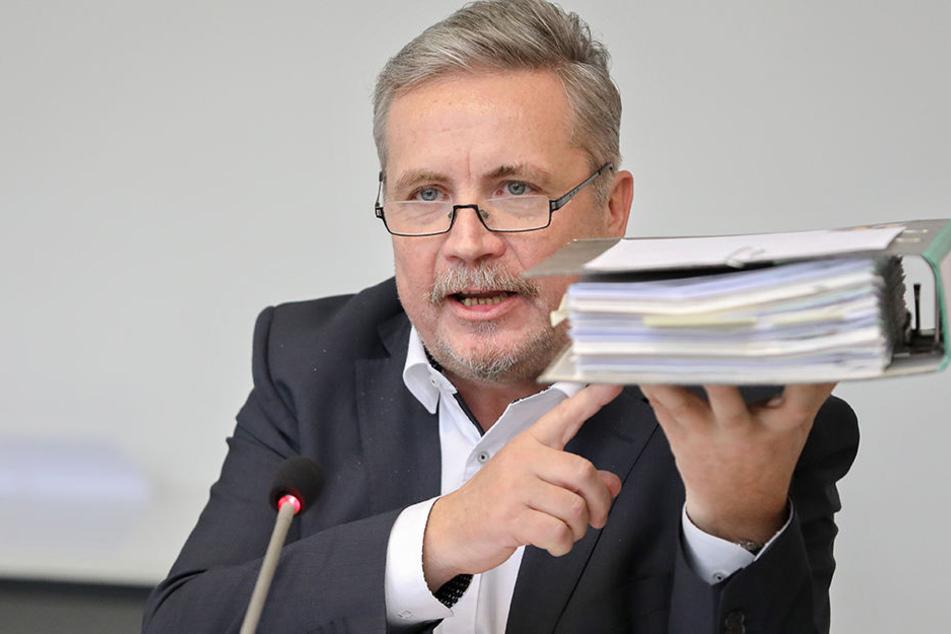 Annabergs Oberbürgermeister Rolf Schmidt mit einem Fördermittelantrag für eine Straße.