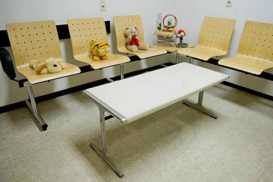 Kuscheltiere liegen in einem Wartezimmer in der niedersächsischen Kinderschutzambulanz.