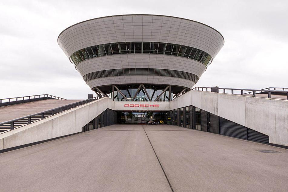 Die Architektur des Porsche-Kundenzentrums in leipzig erinnert an einen Diamanten.