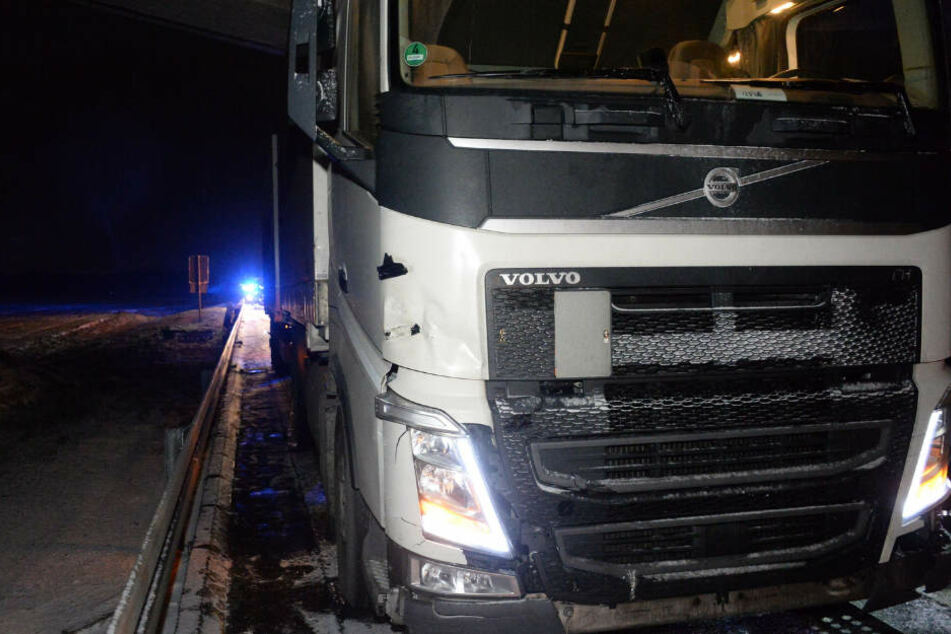 Der Unfall hinterließ einen sichtbaren Schaden an dem Lkw.