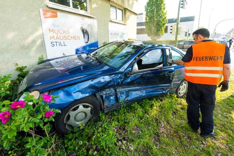 Die Wucht war so groß, das der Mercedes gegen eine Hauswand schleuderte.