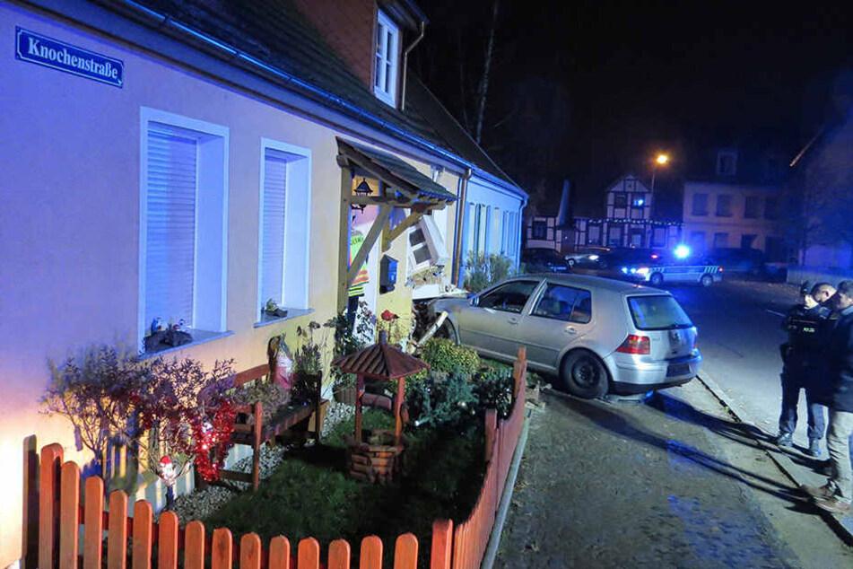 In Stendal ist ein Auto in ein Wohnzimmer gekracht. Der Fahrer war betrunken.