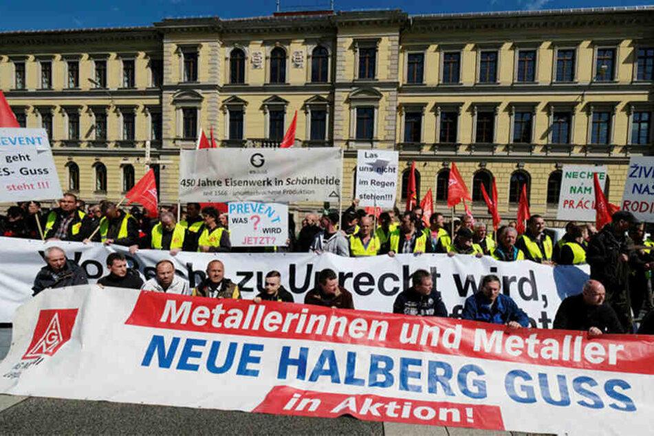 Beschäftigte von ES Guss und der ebenfalls zu Prevent gehörenden Neue Halberg Guss GmbH aus Leipzig protestieren vor dem Landgericht gegen die Zockerei auf ihrem Rücken.