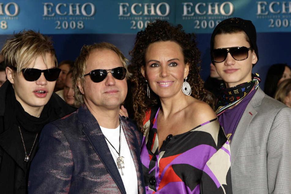 Der Schauspieler Uwe Ochsenknecht (2.v.l.), seine Frau Natascha und die Söhne Wilson Gonzales (l) und Jimi Blue Ochsenknecht beim Echo im Jahr 2008.