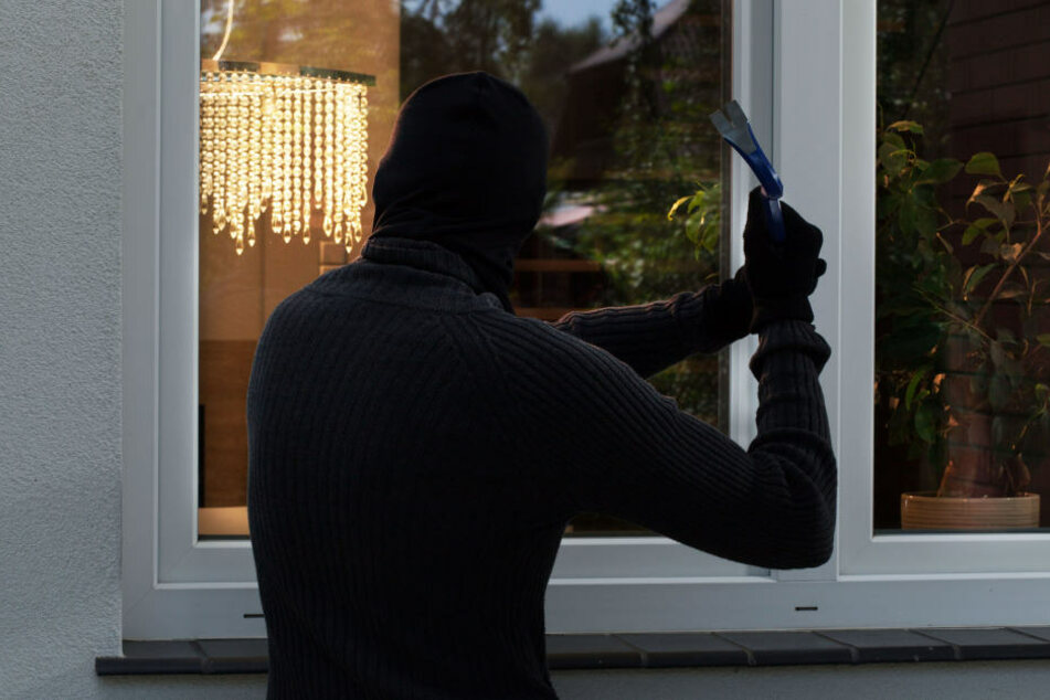 Einbrecher streichen komplettes Haus schwarz an