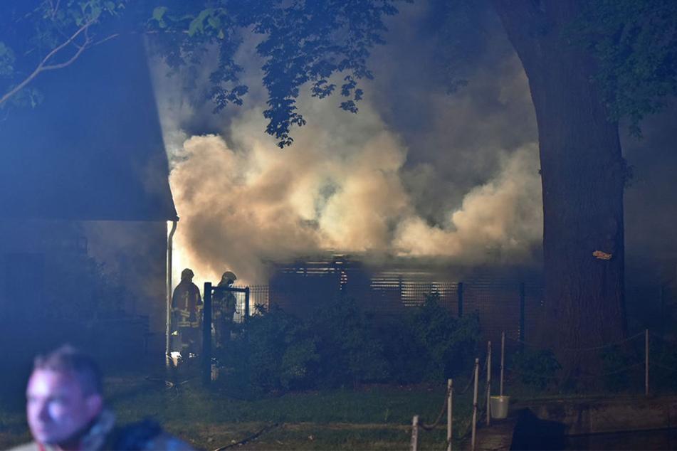 In dem Unterstand waren Holz und Gartengeräte gelagert, was die Löscharbeiten der Feuerwehr erschwerte.