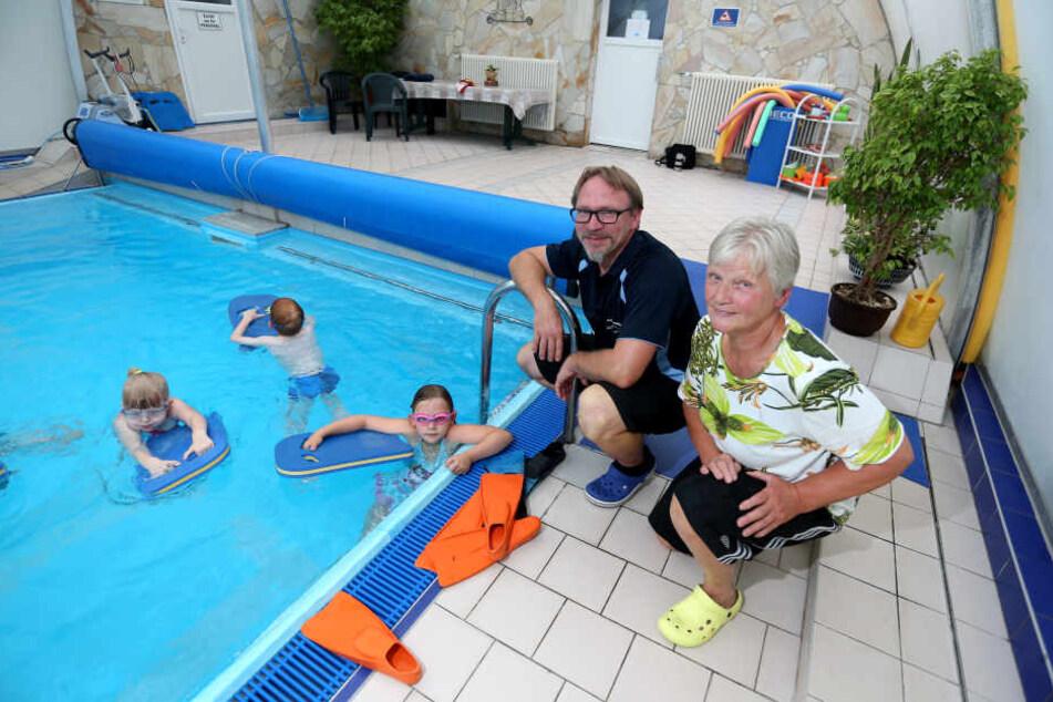 Bei Lutz (43) und Uta Hoffman (67) lernen Kinder in kleinen Gruppen die richtige Schwimm-Technik.