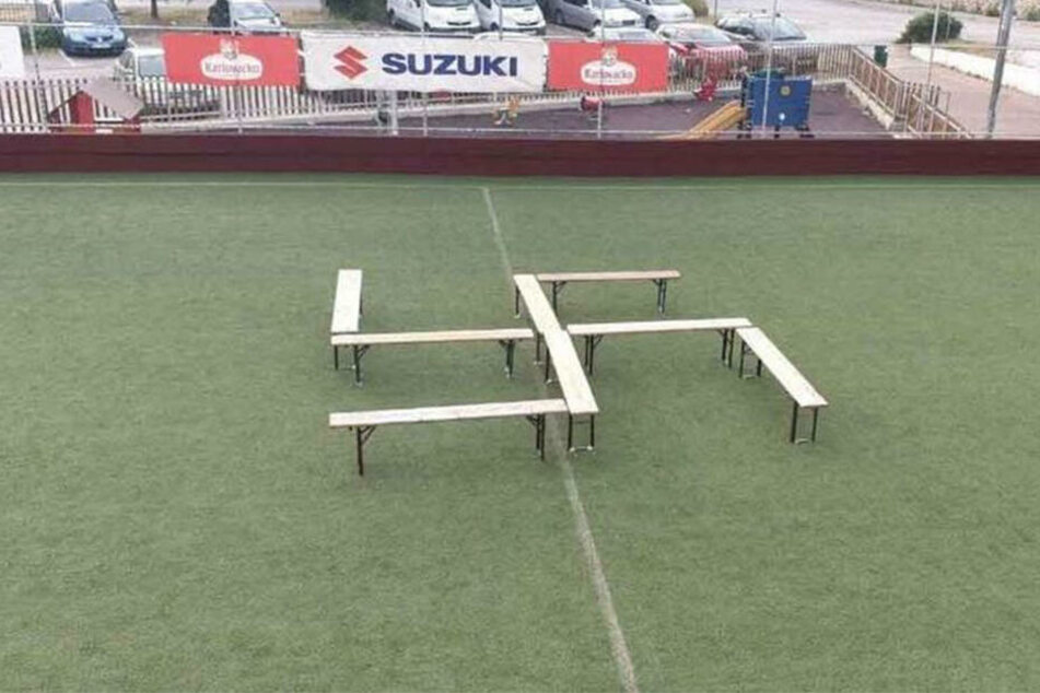 Die Bänke wurden in Form eines Hakenkreuzes angeordnet. Die Polizei ermittelt.