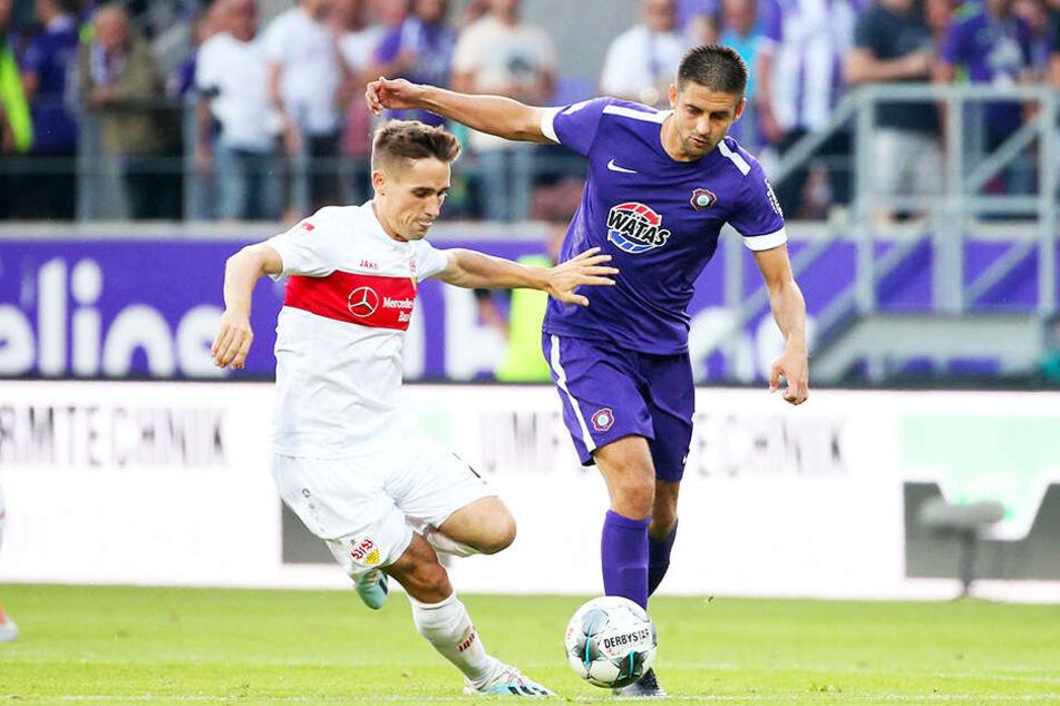 Aues Dimitrij Nazarov (r.) tankt sich gegen Stuttgarts Philipp Klement durch.