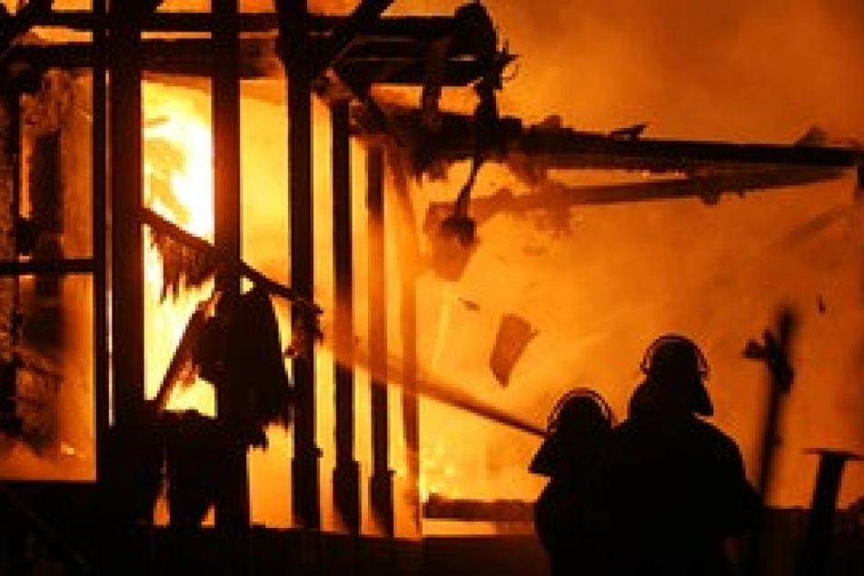Die Einsatzkräfte konnten die Flammen zwar unter Kontrolle bringen. Der Mann war allerdings im Feuer schon verstorben. (Symbolbild)