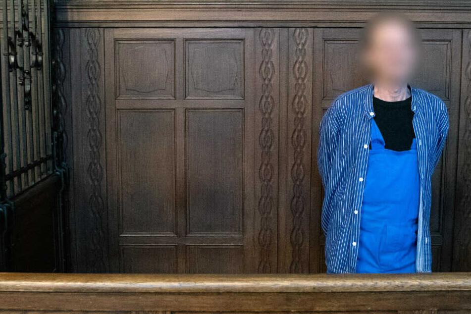 Der Angeklagte vor dem Gerichtsprozess in Moabit.