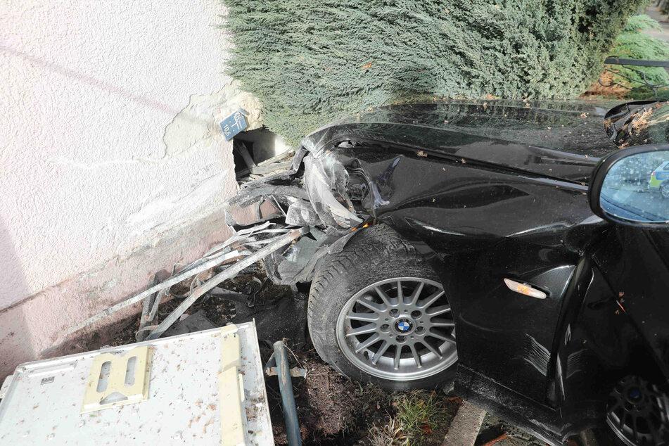 Neben dem Auto erlitten auch die Hauswand und ein Stromkasten erheblichen Schaden.