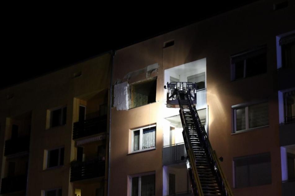 Bei der Explosion hat es vier Verletzte gegeben, teilten Feuerwehr und Polizei mit.