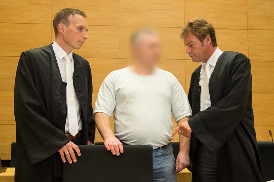 Rechtsanwalt Martin Rother (rechts) geht davon aus, dass sein Mandant Robert D. (Mitte) im neuen Prozess eine mildere Haftstrafe bekommt.
