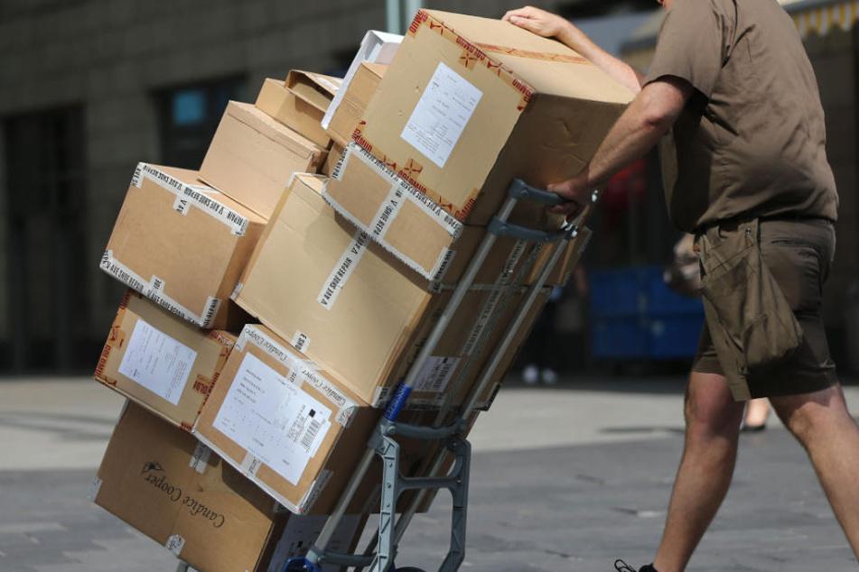 Der Paketbote gab Adressen in seinem eigenen Zustellgebiet an. (Symbolbild)