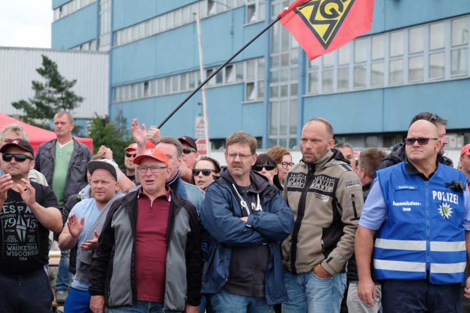 Fühlen sich von der Unternehmensleitung kriminalisiert: die streikenden Mitarbeiter der Leipziger Halberg-Gießerei.