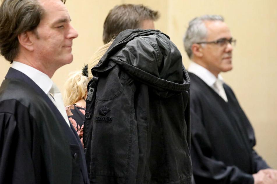 Die Angeklagte am ersten Prozesstag zwischen ihren Anwälten.