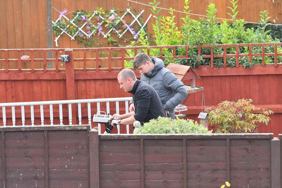 Mit einem Bodenradar untersuchen Spezialisten einen Garten eines Hauses in Swindon.