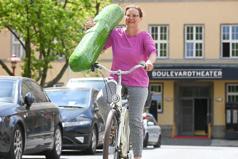 Dildo-Produzentin Anja Koschemann (45) liefert die Riesengurke mit dem Fahrrad an.