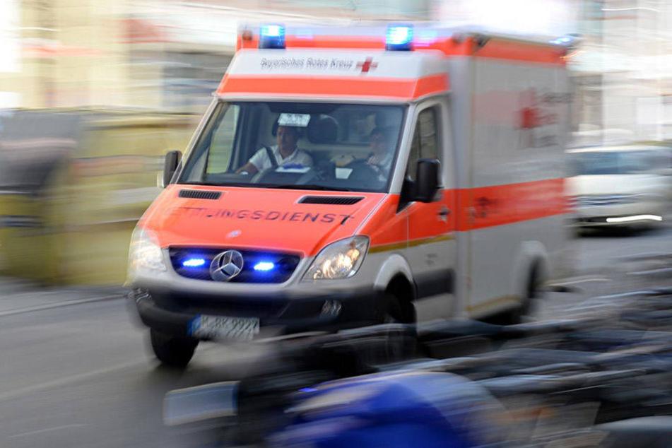 Eine 70-jährige BMW-Fahrerin übersah einen vorfahrtsberechtigten und mit Blaulicht und Sirene fahrenden Krankenwagen und crashte diesen.