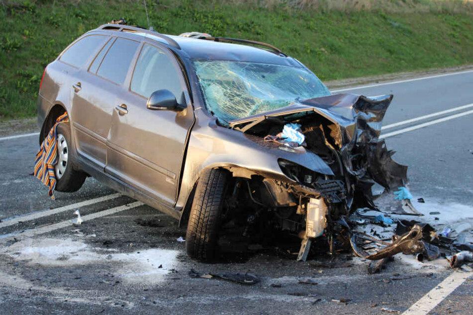 Der Fahrer des Skoda Oktavia raste in den Gegenverkehr und war sofort tot.