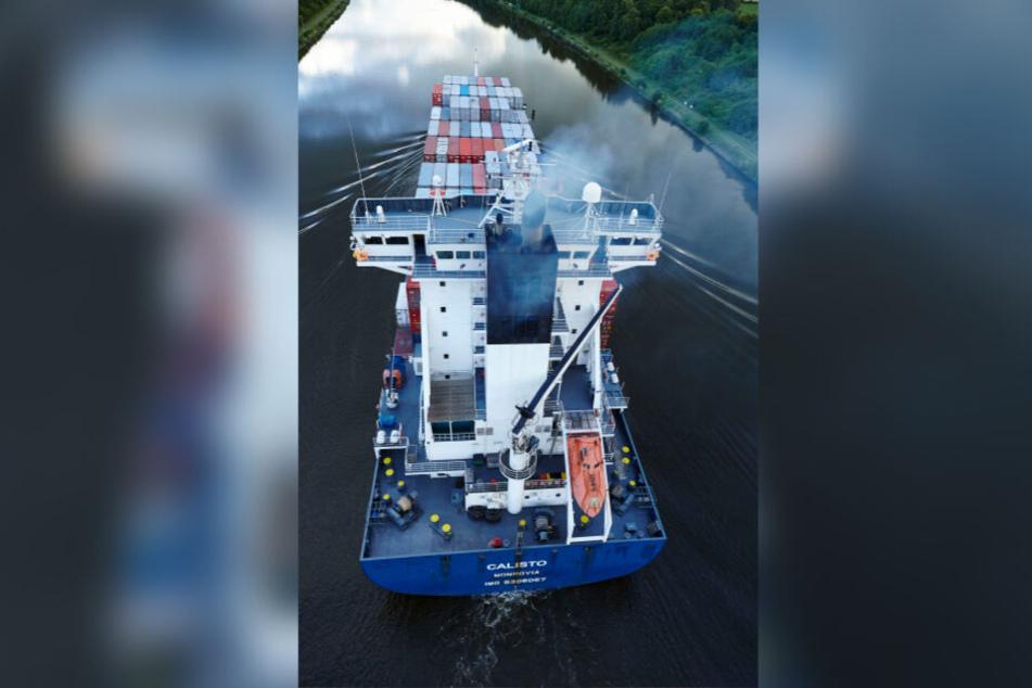 Das Containerschiff Calisto fährt 2014 auf dem Nord-Ostsee-Kanal in der Nähe von Beldorf, Schleswig-Holstein.