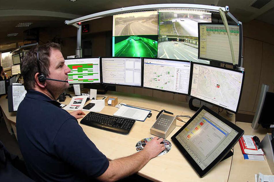 Die Mitarbeiter der Bielefelder Feuerwehr-Leitstelle sind überlastet und können in einigen Fällen Notrufe nicht rechtzeitig bearbeiten.