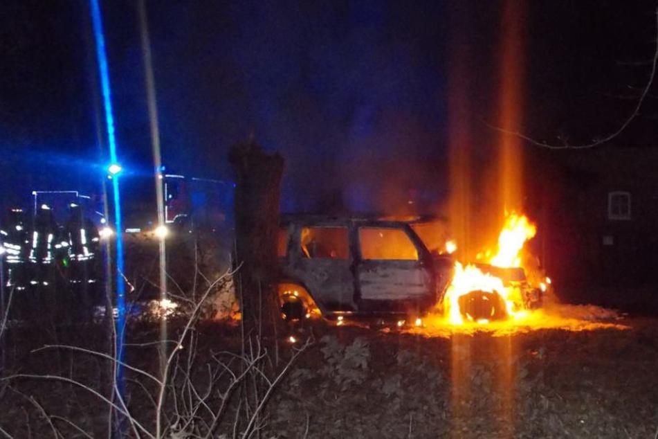 Der Jeep Commander brannte komplett aus.