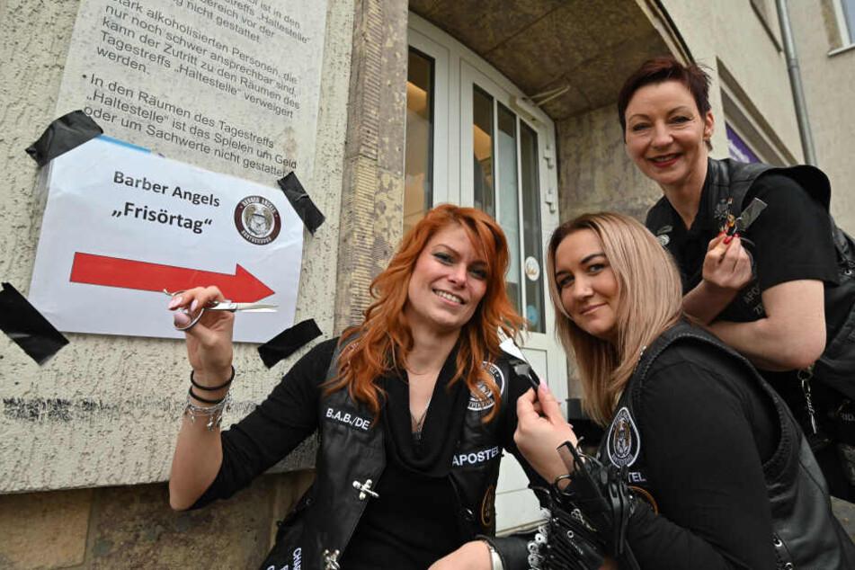 """Die """"Barber Angels"""" Michaela Ebers (37, v.l.), Heidi Richter (34) und Claudia Mihaly-Anastasio (45) luden am Sonntag in die """"Haltestelle"""" zum Gratis-Haarschnitt."""