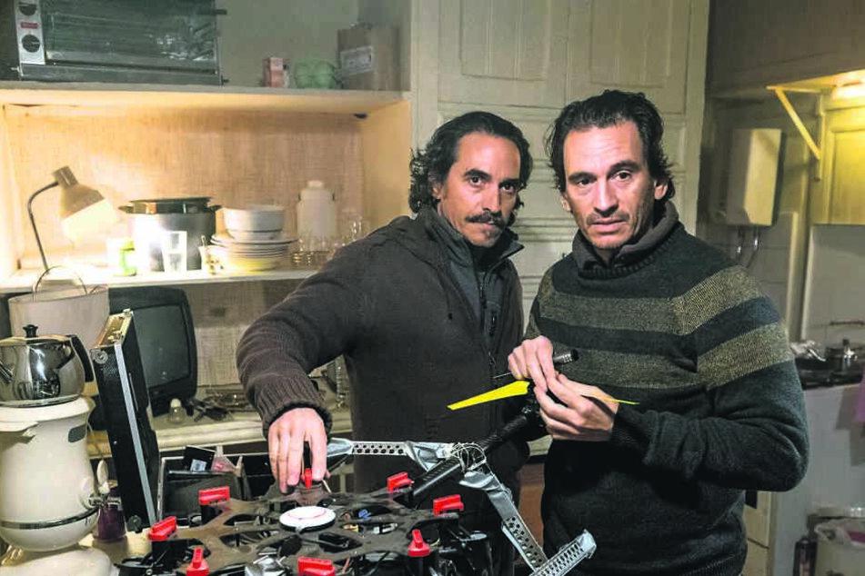 Die Brüder Martin und Mirhat Rojan basteln an ihrer Drohne.