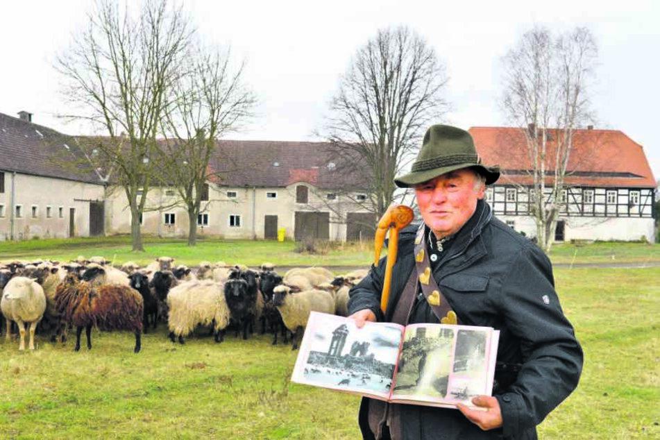 Schäfer Dieter Schlafke (81) zeigt das Bild, das ihn berühmt machte.