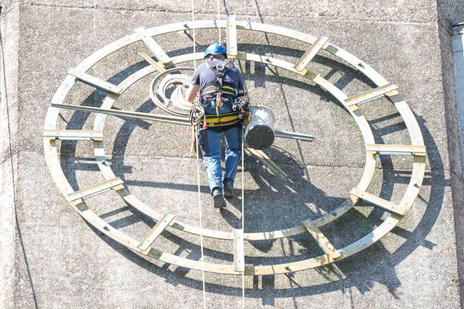 Bei seiner Arbeit hing der Kletterer in den Seilen.