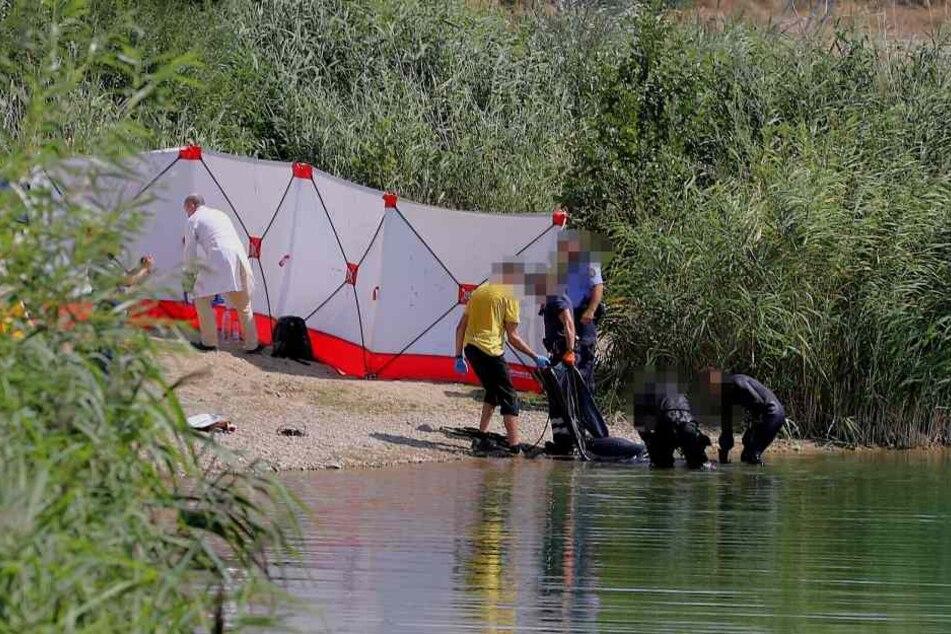 Polizeitaucher bergen die Leiche des 27-Jährigen aus der Kiesgrube Leuben.