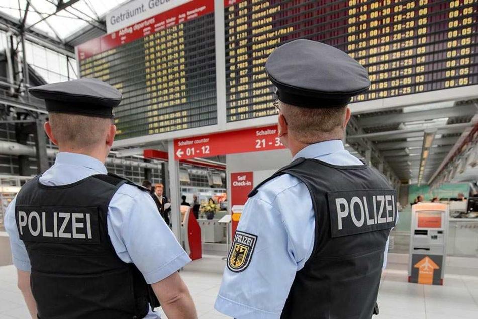 Bundespolizisten stehen im Terminal des Dresdner Flughafens und halten nach verdächtigen Gegenständen Ausschau. Aber nach Schulschwänzern werden sie auch künftig nicht suchen.