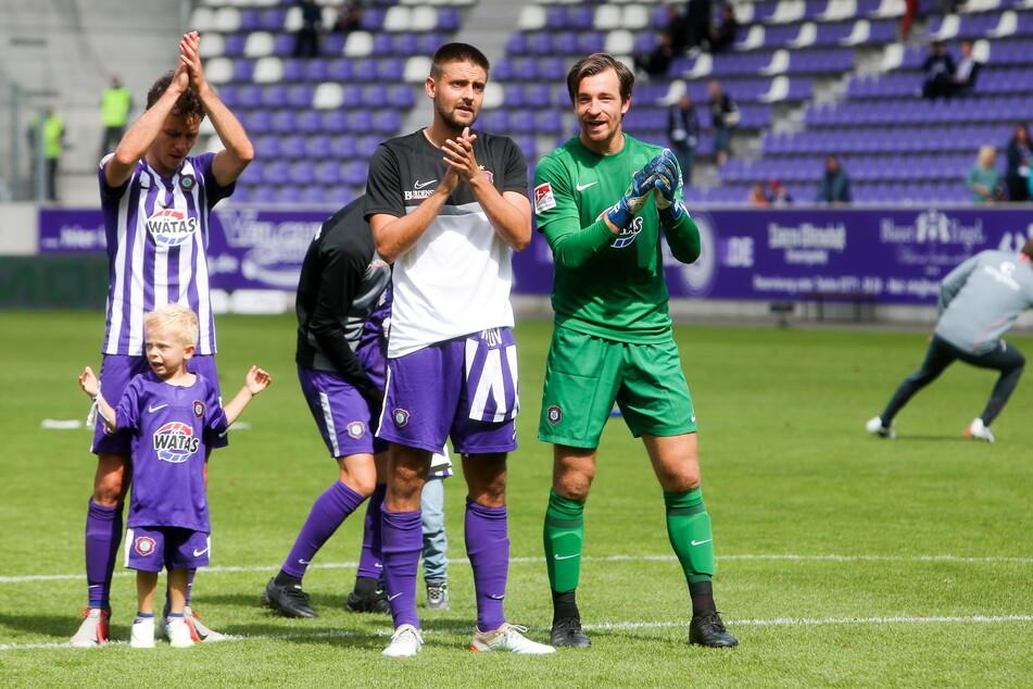 Dimitrij Nazarov (31, l.) und Martin Männel (33) bedanken sich bei den Fans.