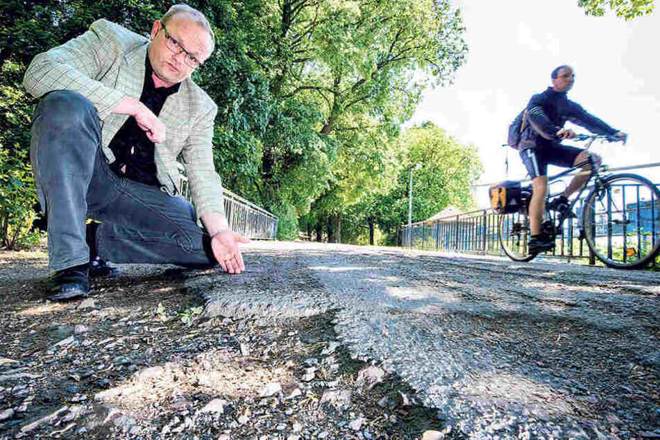 Bröselnde Wege rund um den Schlossteich: Stadtrat Falk Müller (40,  AfD) kritisiert, dass für das Umfeld mit Bänken und Papierkörben kein Geld da  ist.