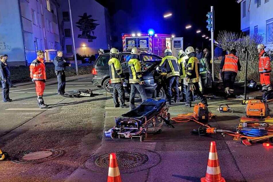 Um 15-Jährige zu retten: Feuerwehr zerlegt Auto nach schwerem Kreuzungs-Crash
