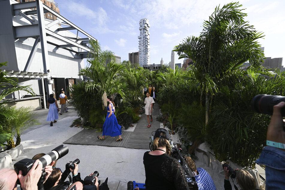 Models laufen während der Jason Wu Modenschau Frühjahr/Sommer 2021 in den Spring Studios während der New Yorker Fashion Week über den Laufsteg.