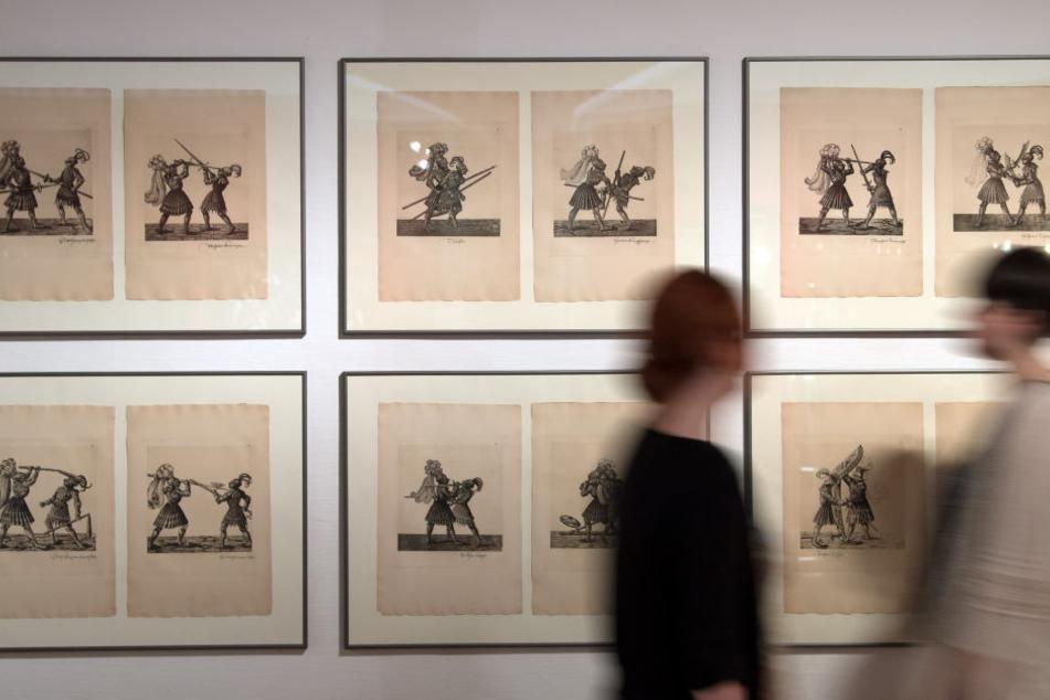 """Teil der Ausstellung ist auch die faksimilierte Ausgabe """"Freydal: des Kaisers Maximlian I. Turniere und Mummereien""""."""
