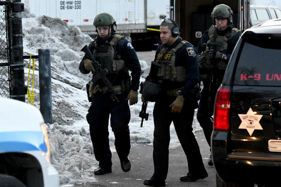 Polizisten sind in der Nähe des Tatorts in Aurora, wo ein Schütze das Feuer eröffnete.