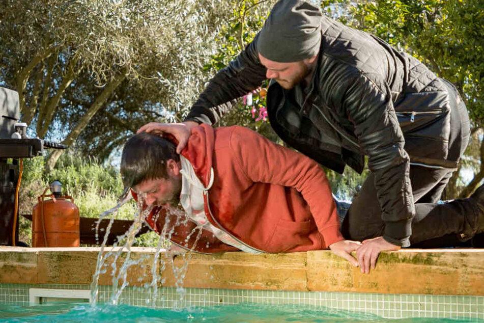 Immer wieder wird Felix von Jascheroff von Erik-Darsteller Patrick Heinrich unter Wasser getaucht.