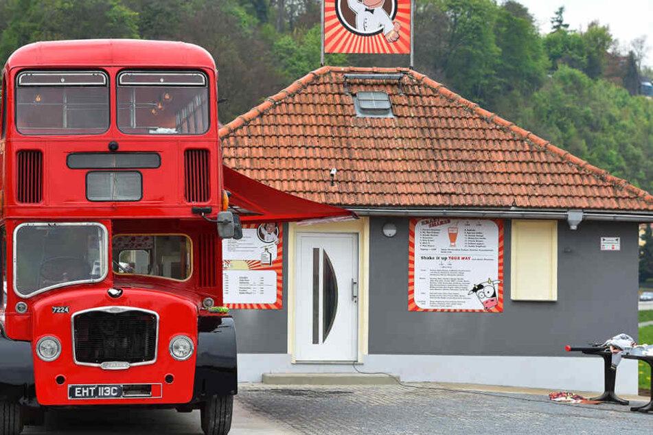 Eindeutig englisch - und trotzdem schmeckt's! Der Eisbus ist ein Hingucker direkt an der  Elbe.