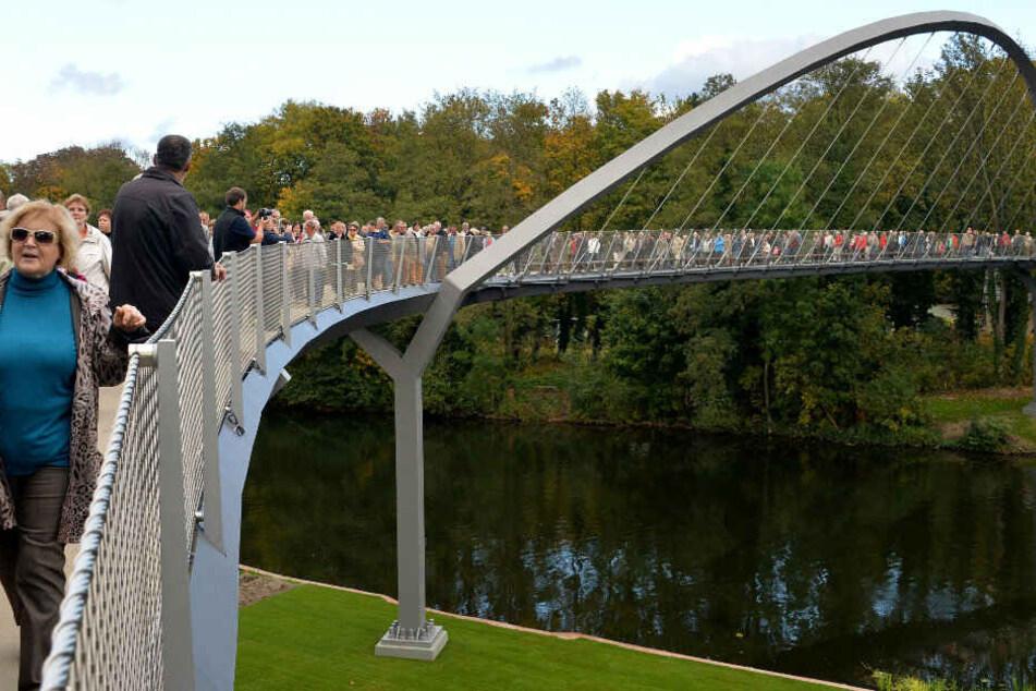 Besucher laufen über die Weinberg-Brücke. (Archivbild)