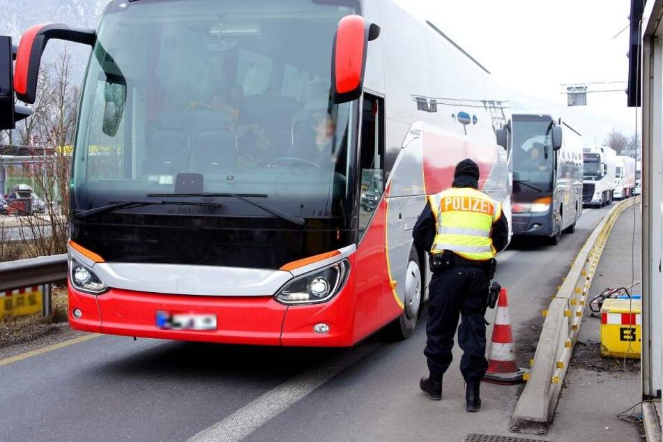 Bei der Kontrolle eines Reisebusses fielen die gefälschten Dokumente der vier Mädchen auf.