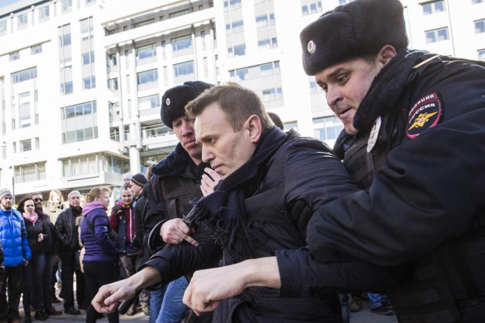 Polizisten führen den Oppositionellen Alexej Nawalny ab.