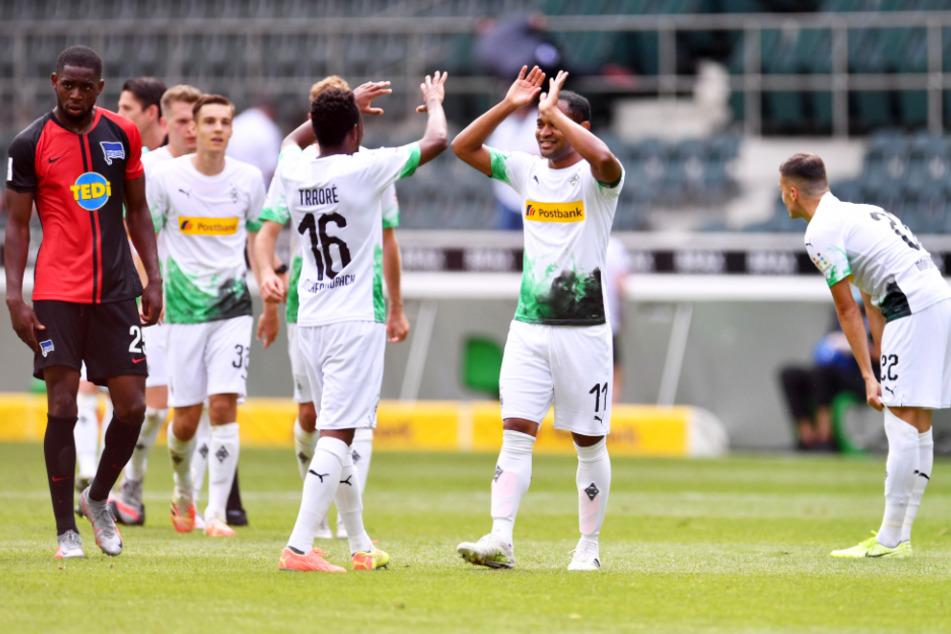 """Zwei Ex-Herthaner jubeln nach Gladbachs Sieg gegen die """"Alte Dame"""" über die Champions-League-Qualifikation: Ibrahima Traoré (Nr. 16) und Raffael (2.v.r.) klatschen einander ab."""