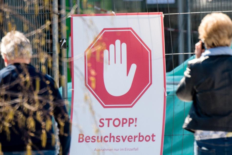 Ein Schild weist vor dem Klinikum München west auf das Besuchsverbot hin.