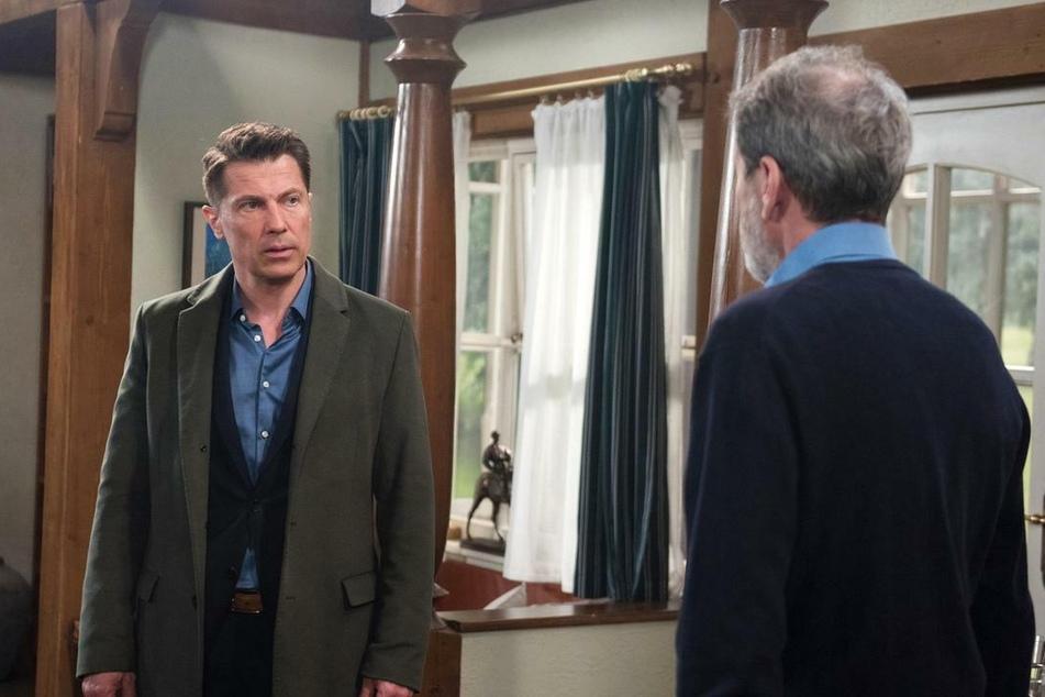 Gregors (Wolfram Grandezka, 51) Unruhe wächst, als Gunter (Hermann Toelcke) ihm nicht sagen will, wo Carla ist.