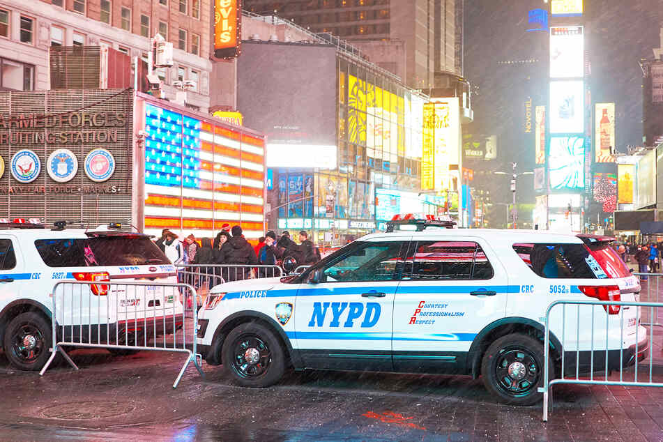 """NYC Mayor De Blasio threatens to """"flood"""" Times Square with police officers after shootings"""
